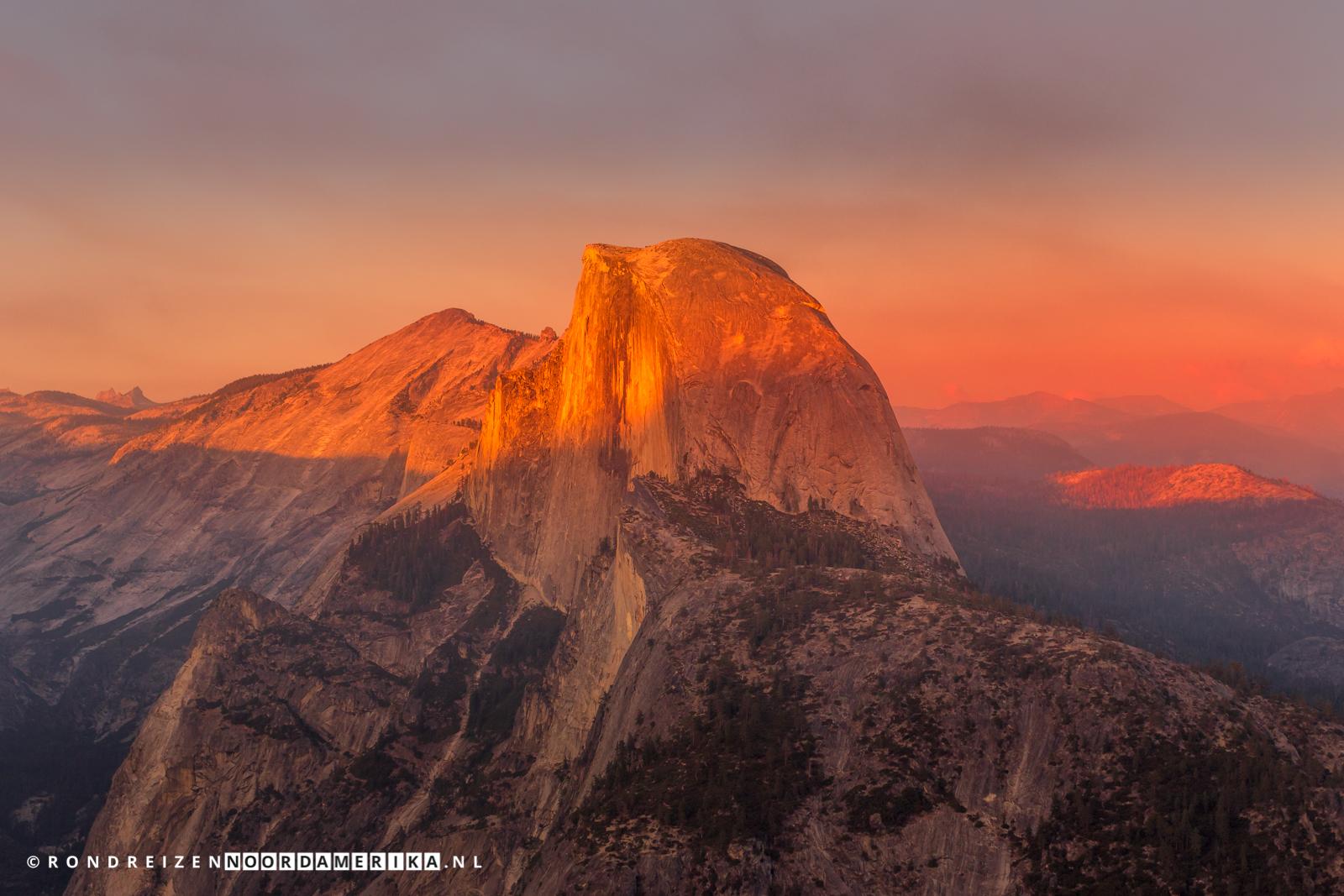 Half Dome in Yosemite tijdens zonsondergang